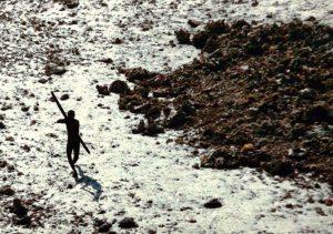 Der erste Sentinelese, der nach dem Tsunami 2004 fotografiert wurde