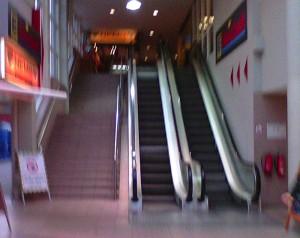Steintreppe, Rolltreppe abwärts, stillstehende Rolltreppe (v.l.n.r.)