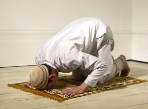 Betender Muslim auf seinem Gebetsteppich